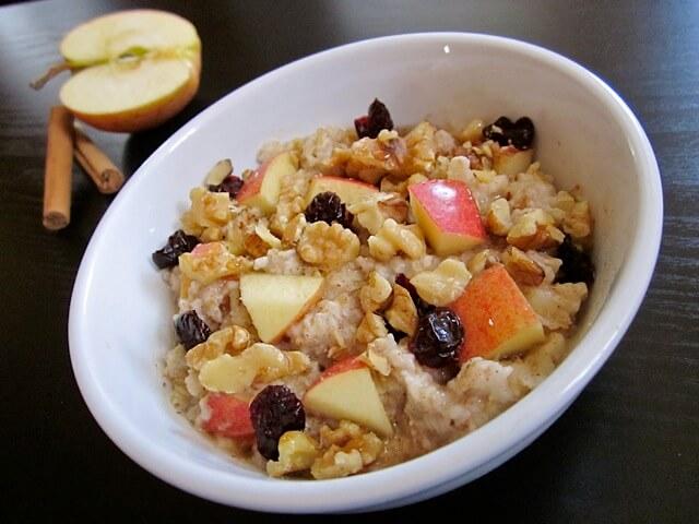 kosmiči s sadjem, enostavni recepti za zajtrk na kampiranju z nestcampers