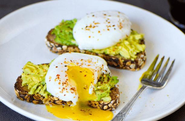 poširana jajca z avokadom in feta sirom, enostavni recepti za zajtrk na kampiranju z nestcampers